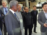 Kofi Annan aboarding the hi-speed train to the forum in Tianjin